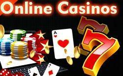 """Texten """"Online Casinos"""" över ett tangentbord och flera spelkort och spelmarker."""